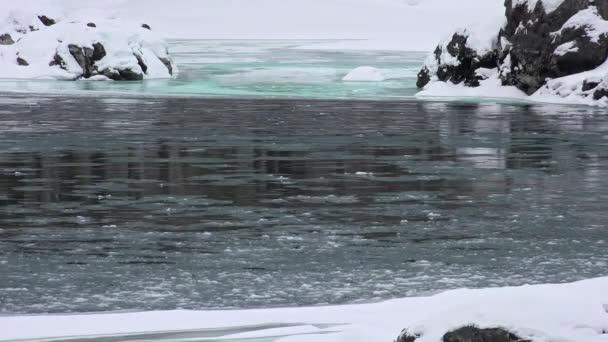 Schwimmen von Eis und Schlamm auf dem Altai-Fluss katun in der Wintersaison, Sibirien, Russland