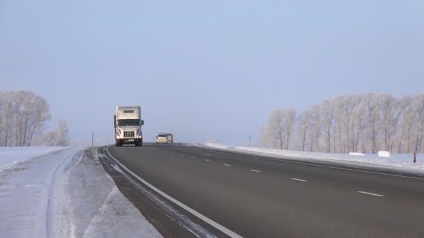 Altaj, Rusko - 18 ledna 2017: Volvo truck na silnici M52 Chuysky traktu v zimní sezóně