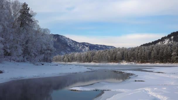 Video z modré jezer na Katuň v pohoří Altaj v zimní sezóně. Sibiř, Rusko