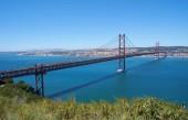25 di aprile ponte (Ponte 25 de Abril) un ponte sospeso sul fiume Tago. Il primo denominato Ponte Salazar, è stata ribattezzata commemora la rivoluzione dei garofani. Lisbona. Portogallo