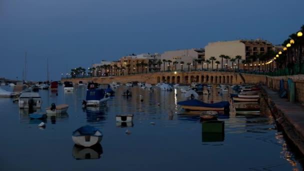 Noční pohled Marsaskala nábřeží a Marsaskala Creek tradiční maltské rybářské čluny. Malta