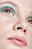 Fotografie Detailní záběr lidské ženské tváře. Dívka s dokonalou pleť a modré kouřové oči oční stíny. Žena s vogue tváří krásy makeup