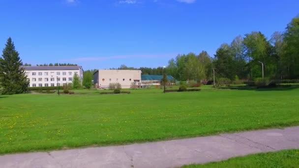 Video der Bewegung entlang nowosibirsk botanischen Garten in der Frühlingssaison. Sibirien, Russland