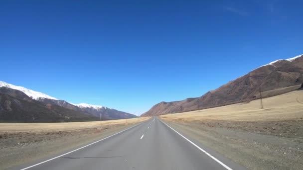 Jízda po horské asfaltové silnici chuysky tract po kurai Ridge na Altai dou Kosh-agach a v pohoří Kuray v jarní sezóně. Sibiř, Rusko