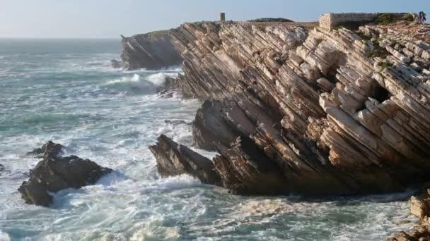 A Baleal-sziget sziklái az Atlanti-óceán vizeiben. Peniche, Portugália