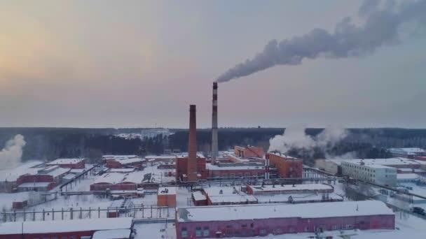 Pohled na průmyslové oblasti, nádvoří továrny, letecký pohled