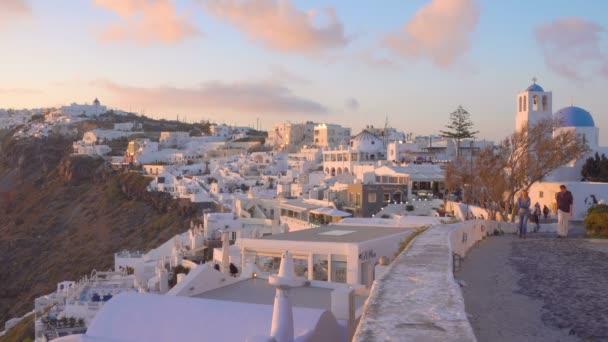 Thira, Řecko - 23. dubna 2018: Panoramatický výhled na město Thira v Santorini Island při západu slunce, Řecko