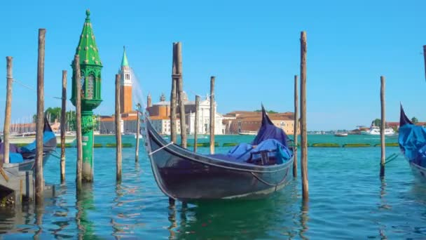 Gondola na lůžko a kostel San Giorgio di Maggiore v pozadí, Benátky, Itálie