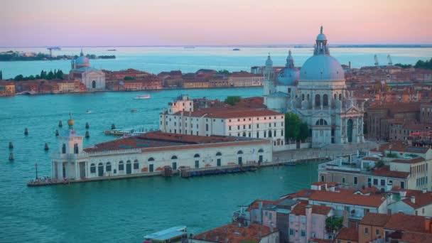 A Canal Grande csatornára és a Santa Maria della Salute templom Velencében a kora este - panorámás kilátást felülről, Olaszország