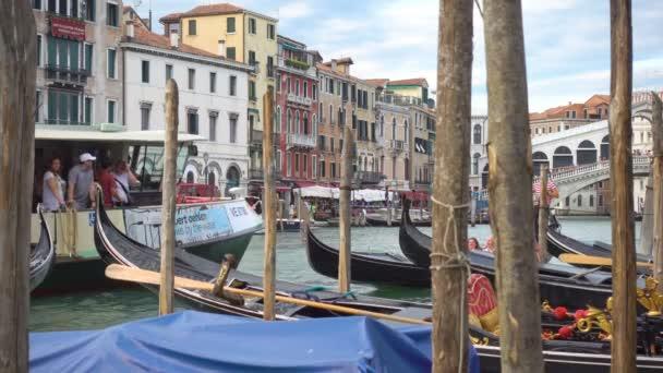 Benátky, Itálie – 14. června 2018: Provoz na Grand Canal v blízkosti The Most Rialto v Benátkách