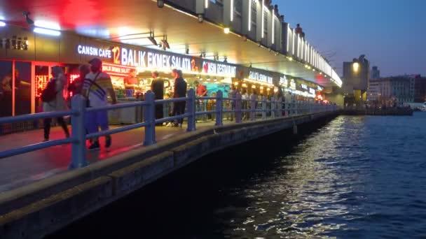 Istanbul, Turecko - 15 července 2018: Kavárny a restaurace s tureckým rybí sendviče (Balik Ekmek) na The Galatského mostu v Istanbulu v noci