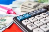 Obchodní a finanční zázemí s dolary, data, pero a Kalkulačka. Vedení účetnictví pozadí.