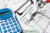 Fotografie Zdravotní pojištění formulář žádosti s bankovka a stetoskop konceptem pro plánování života
