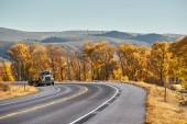 Vecchio camion sulla strada principale in Colorado allautunno, Stati Uniti dAmerica