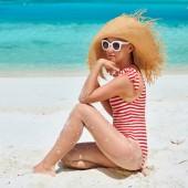Žena v jednodílné plavky na pláž