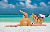 Strandon fekvő nő