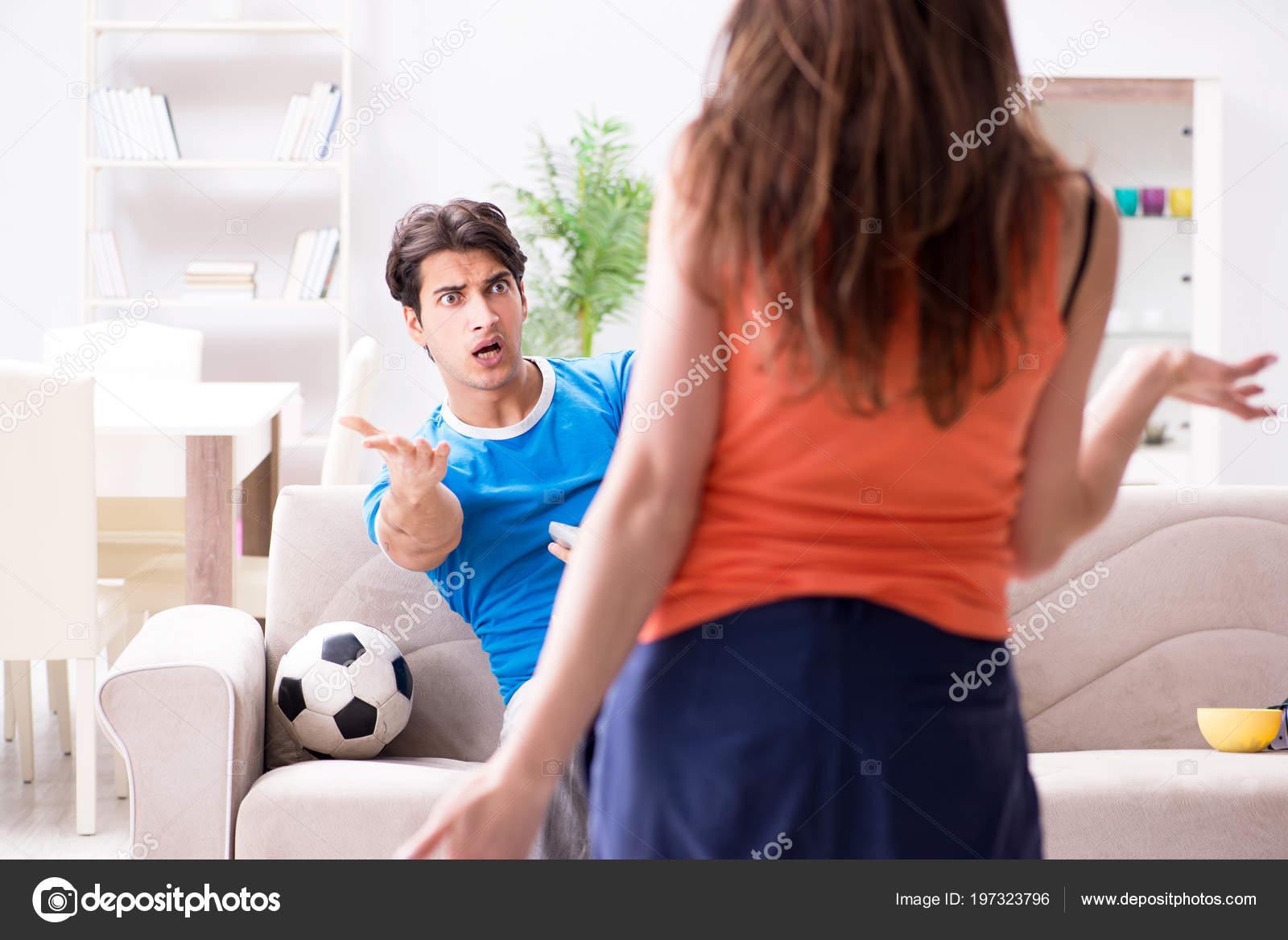 Трахнул пока муж смотрел футбол с другом, Жена тихо изменяет мужу с его лучшим другом во время 20 фотография