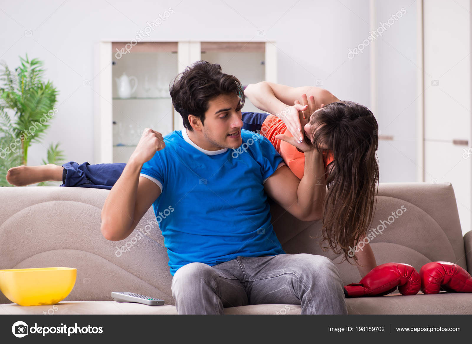 Трахнул пока муж смотрел футбол с другом, Жена тихо изменяет мужу с его лучшим другом во время 21 фотография