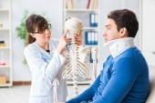 Doktor je vysvětlit pacientovi s poranění krku