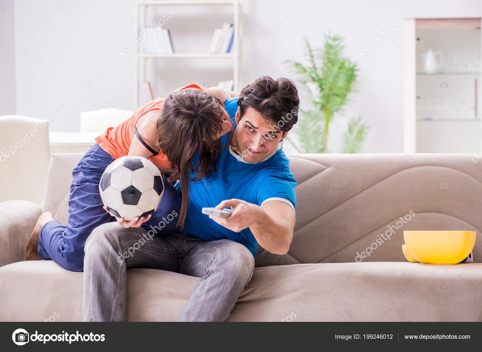 Трахнул пока муж смотрел футбол с другом, Жена тихо изменяет мужу с его лучшим другом во время 22 фотография
