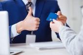 Frau zahlt mit Kreditkarte