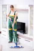Žena ženský čistič čištění podlahy