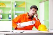 Bauleiter plant neues Projekt im Amt