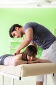 Fotografia Giovane medico paziente massaggio chiropratico