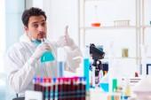 Fotografie Junge Chemiker Schüler arbeiten im Labor auf Chemikalien
