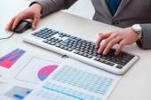 Pénzügyi szakember dolgozik a billentyűzet jelentések