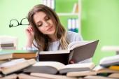 Felkészülést a záróvizsgán a sok könyvet fiatal diáklány