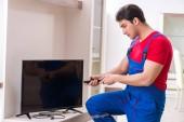 Professzionális javítási mérnök javítás törött tv