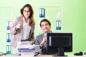 dva kolegové pracují v kanceláři