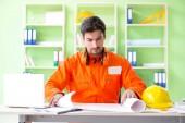 Stavební dozorce plánuje nový projekt v kanceláři