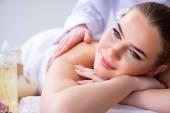 Žena během masáže v lázních