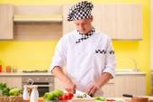 Fiatal profi szakács saláta konyha előkészítése