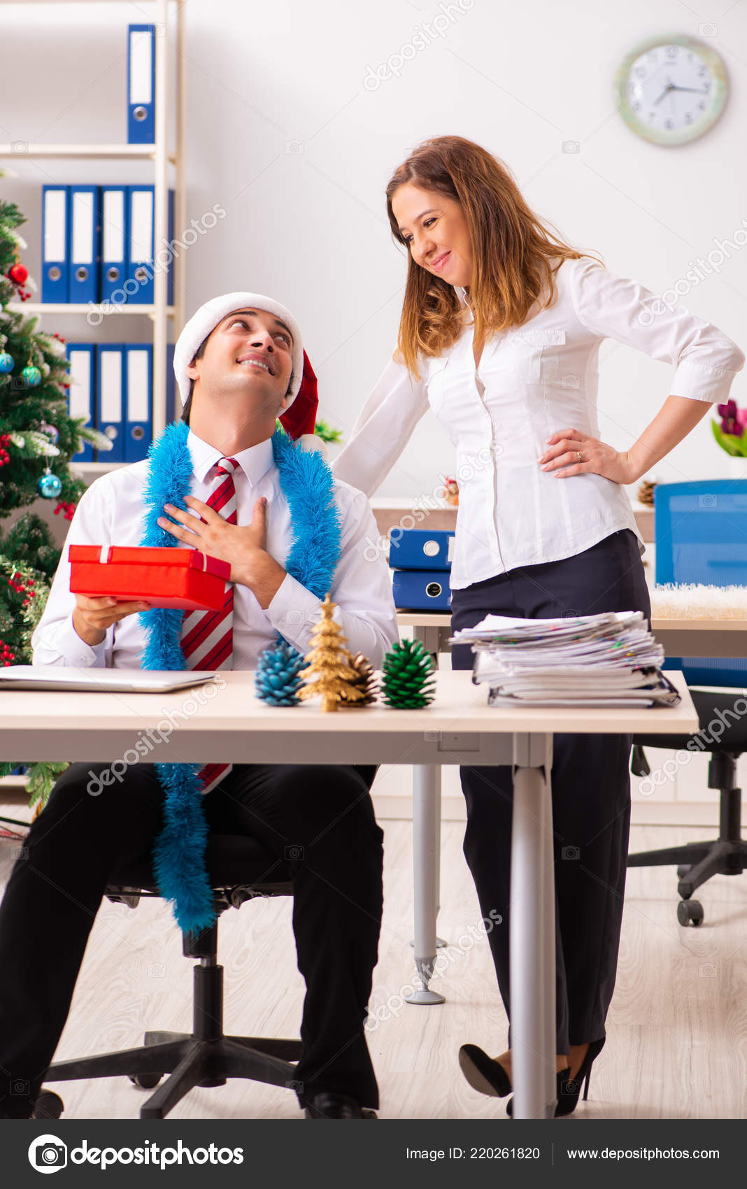 Colleagues exchaing christmas presents in office — Stock Photo ...