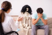 Mladý pacient navštěvuje psychologa na terapii