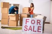 Junge Familie bietet Haus zum Verkauf an und zieht aus