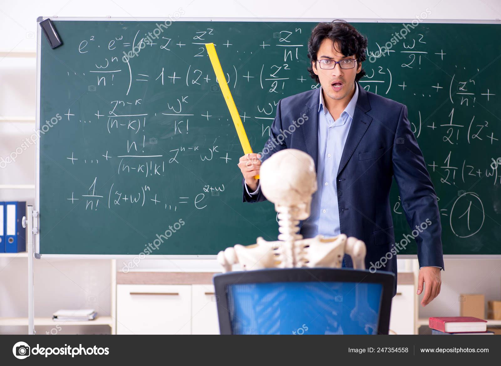 junge m nnliche mathe lehrer und sch ler skelett. Black Bedroom Furniture Sets. Home Design Ideas