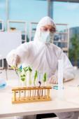 männlicher Biotechnologie-Wissenschaftler Chemiker im Labor