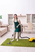 Junge Bauunternehmerin erledigt Hausarbeit