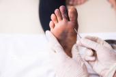 Am Finger verletzte Frau besucht Traumatologen