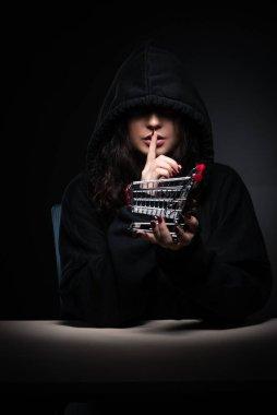 Ofiste güvenlik duvarını hackleyen kadın hacker.
