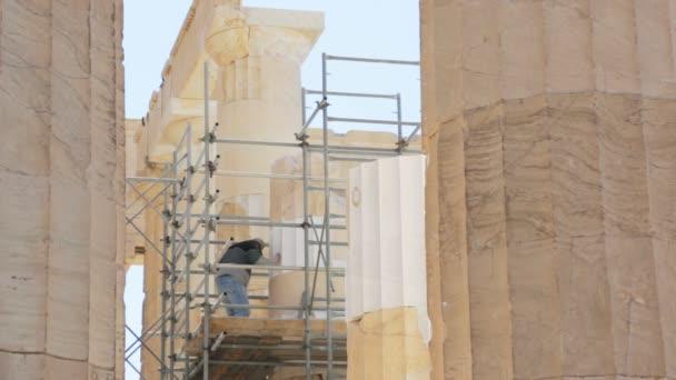 Atény, Řecko - 23 února 2017: Práce, obnovení sloupce Parthenon. Parthenón je bývalý chrám na aténské Akropoli, Řecko