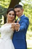 Fotografia Ritratto di sposi mostrando i pollici con le fedi