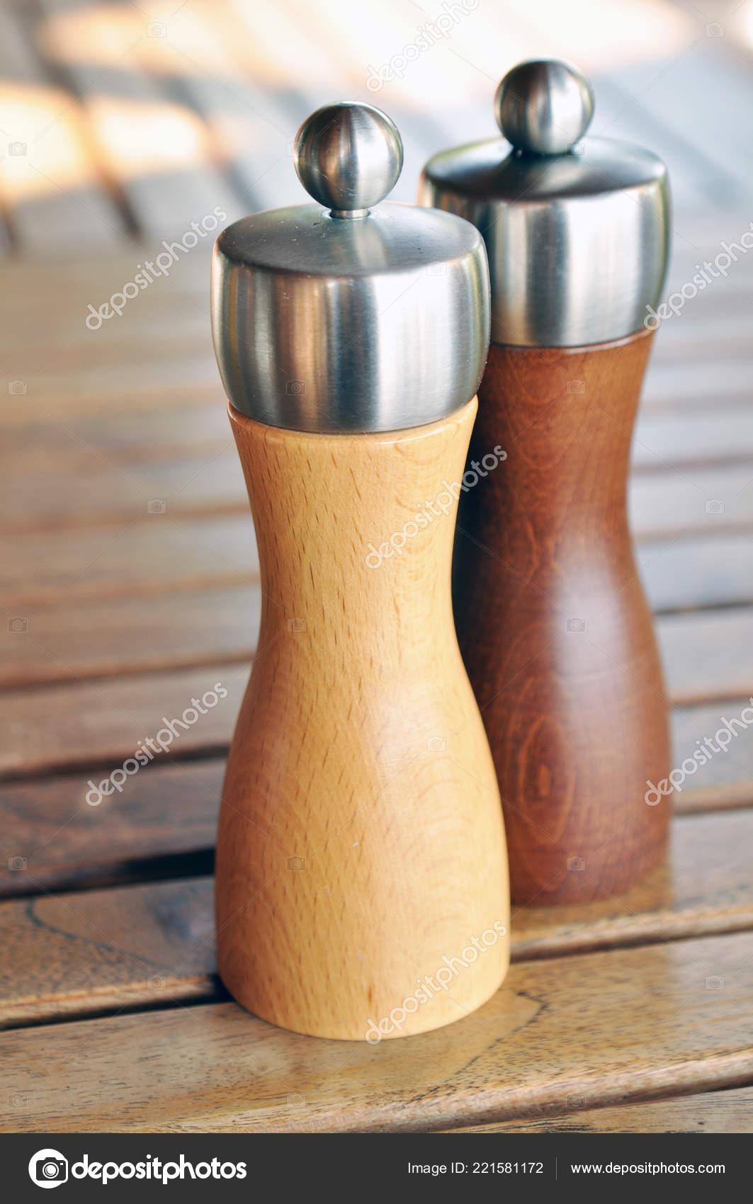 деревянные мельницы солью перцем столе стоковое фото
