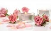 Fotografie Rosa Rosen und brennenden Kerzen