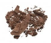 Fotografie Zerkleinerte Textur des dunklen braunen Lidschatten isoliert auf weißem Hintergrund. Makro-Textur der gebrochenen Schokopulver auf weißem Hintergrund