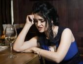 Fotografie Eine schöne modische Frau in einer bar